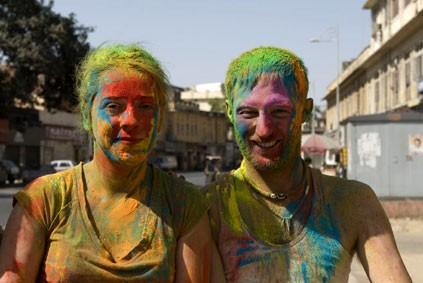 Раскрашенные индусами белые туристы на улицах Джайпура