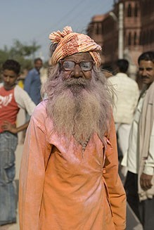 Вриндаванский дед, обсыпанный розовой краской