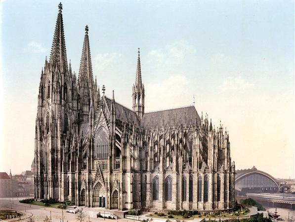 """Фуги Баха часто сравнивают с готическими соборами. И правда: играя фугу, музыкант как бы """"строит"""" незримое здание: арку за аркой, колонну за колонной, перекрытие за перекрытием. Малейшая смысловая ошибка - и форма, с таким трудом выстроенная, развалится."""