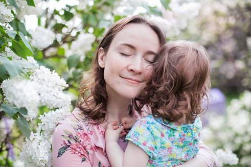 С дочкой Марусей. В Сиреневом саду в Москве, май 2018, фото Оксаны Белорус